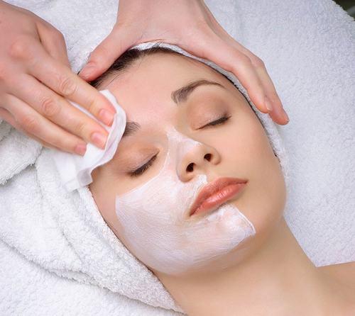 Thoa gel lạnh lên vùng da cần triệt lông