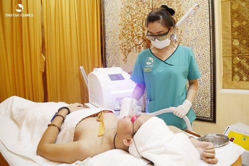 khách hàng triệt lông tại THu Cúc Clinic Bắc Giang