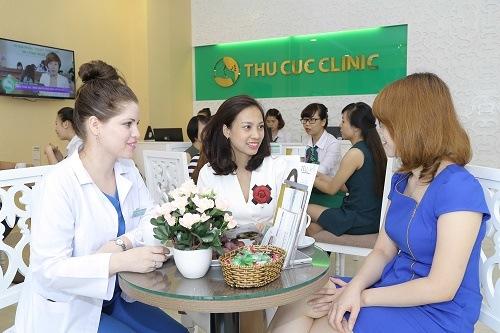 Chuyên viên Thu Cúc Clinics tư vấn triệt lông cho khách hàng