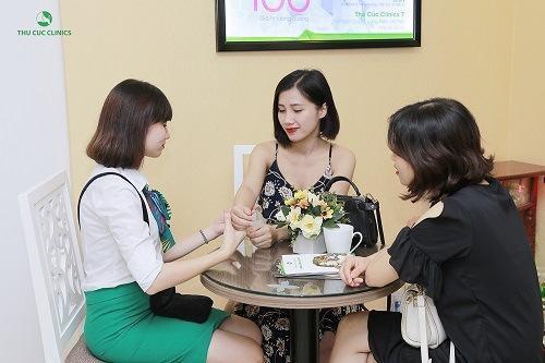 Chuyên viên Thu Cúc Clinics tư vấn liệu trình triệt lông cho khách hàng