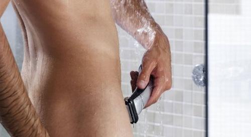 Dùng dao cạo loại bỏ lông vùng kín nam
