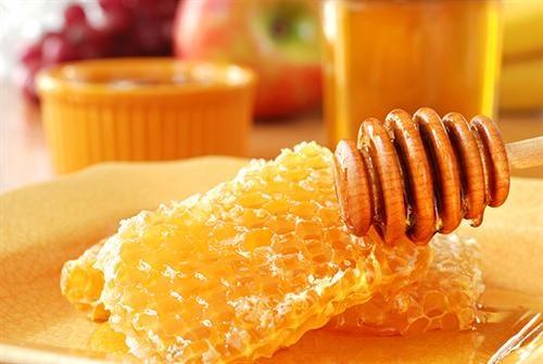 Sử dụng sáp ong triệt lông rốn hiệu quả