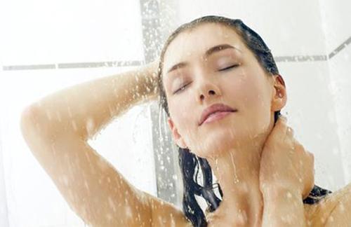 Tắm nhanh trước khi cạo lông