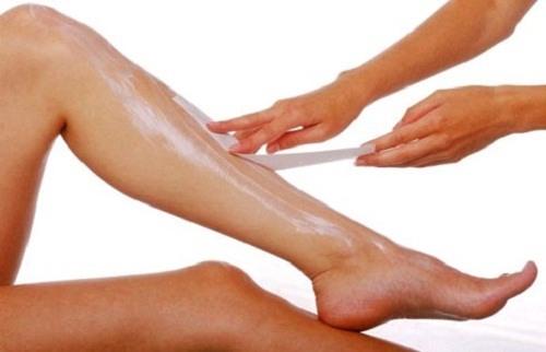 Nếu như bạn tẩy lông bằng cách cạo và sơ suất bị tổn thương cũng rất dễ làm da bị nhiễm trùng.