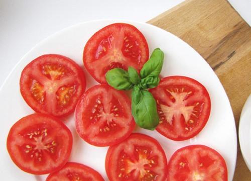 Cách tẩy lông chân bằng cà chua này đơn giản nhất ai cũng có thể thực hiện được .