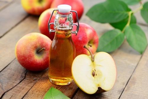 Cách làm mềm lông chân bằng dấm táo rất an toàn cho làn da.