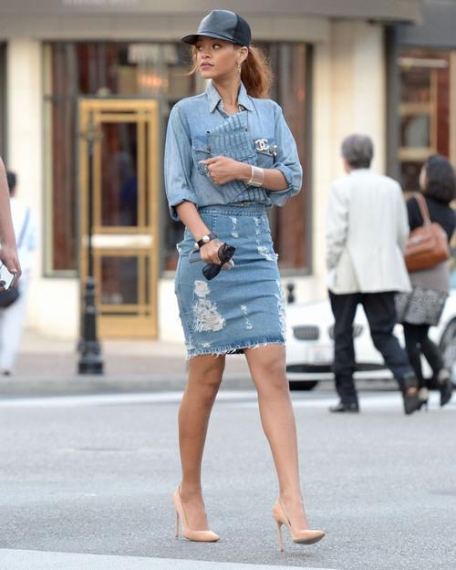 Chân nhiều lông có nên mặc váy? Chân có nhiều lông vẫn có thể mặc váy những rõ ràng với sự xuất hiện của vi-ô-lông sẽ làm chị em thiếu tự tin