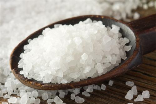 Muối có tác dụng giúp bạn điều trị viêm lỗ chân lông an toàn.