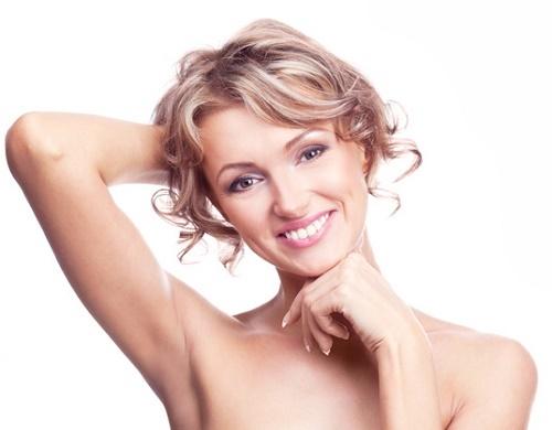Nhổ lông nách còn tạo điều kiện thuận lợi để vi khuẩn sinh sôi và gây viêm nhiễm cho vùng nách.
