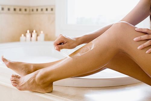 Việc lạm dụng các loại mỹ phẩm có chứa Steroid sẽ kích thích cho lông chân mọc nhiều và dài ra.