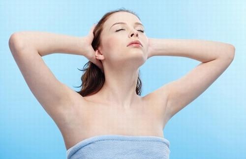 Việc tẩy lông nách sẽ loại bỏ nguy cơ mồ hôi ra nhiều, ngăn chặn vi khuẩn xâm nhập. Có nên tẩy lông nách không?
