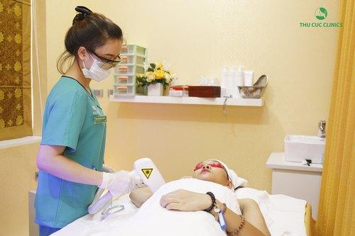 Khách hàng thực hiện công nghệ triệt lông bằng Laser Diode tại Thu Cúc Clinics.