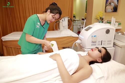 Khách hàng tiến hành công nghệ triệt lông bằng Laser Diode tại Thu Cúc Clinics.