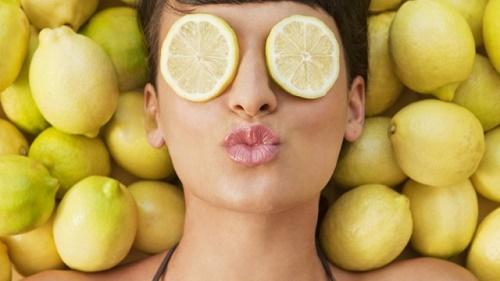 Vitamin C trong nước chanh giúp tẩy tế bào chết trên da, tẩy trắng và làm sạch bụi bẩn, dầu, giúp lỗ chân lông luôn thông thoáng.