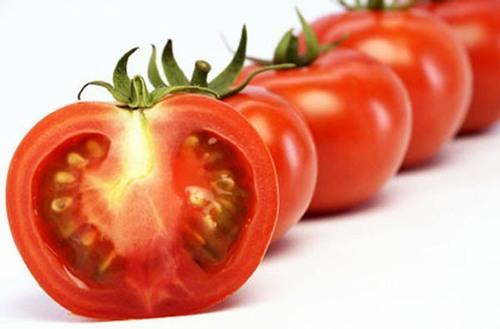 """Bí quyết tẩy lông chân tiết kiệm chi phí: Ngoài công dụng dưỡng ẩm, làm trắng thì cà chua còn giúp loại bỏ các sợi lông chân """"cứng đầu"""""""
