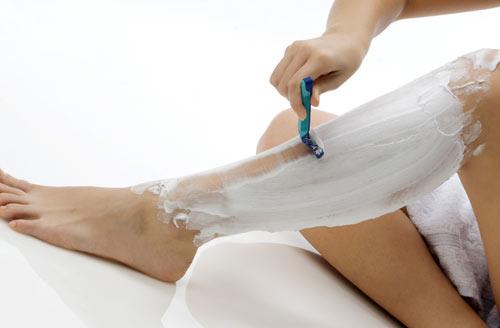 Cạo lông chân với kem/gel cạo lông giúp đạt hiệu quả cao hơn.