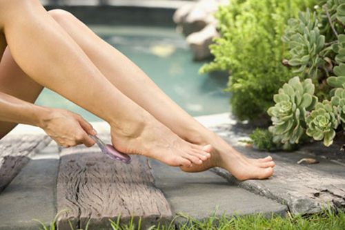 Cách tẩy lông chân đơn giản nhất bằng đá mài rất an toàn, dễ thực hiện và tiết kiệm chi phí.