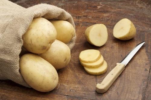 Cách tẩy lông chân hiệu quả và an toàn từ khoai tây được đông đảo chị em ưa chuộng.