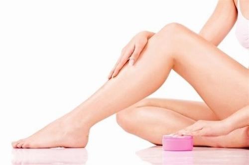 Chăm sóc làn da sau khi triệt lông tại nhà bằng cách thoa 1 lớp dưỡng mỏng