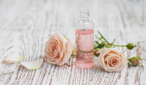 Chăm sóc làn da sau khi triệt lông tại nhà bằng cách thoa một lớp nước hoa hồng
