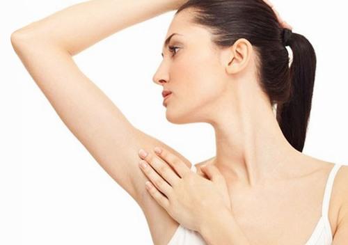 """Vùng da nách có đặc điểm không căng do gập, éo nhiều, khi """"xử lý"""" lông bằng dao cạo chỉ một chút sơ ý cũng có thể khiến da bị tổn thương."""