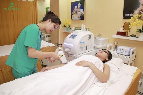 Khách hàng thực hiện tẩy lông bằng Laser Diode tại Thu Cúc Clinics.