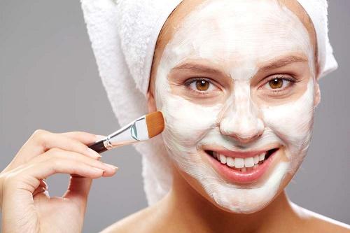 Một số lưu ý khi tẩy lông mặt tại nhà đó là việc tẩy tế bào chết, giúp làn da hấp thụ các chất dinh dưỡng tốt hơn.