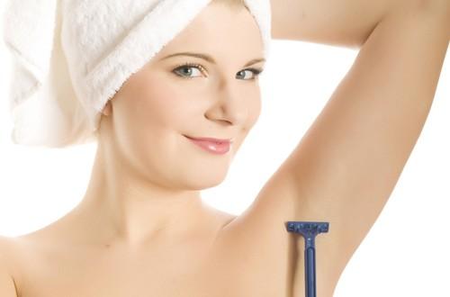 Cắt tỉa lông nách là một trong những lưu ý khi tẩy lông nách tại nhà.
