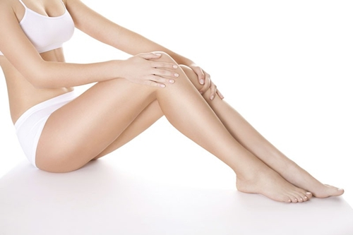 Dùng nước quá nóng khi wax lông càng khiến da cảm thấy đau rát, khó chịu hơn.