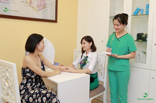 Khách hàng tư vấn và điều trị công nghệ tẩy lông bằng Laser Diode tại Thu Cúc Clinics.