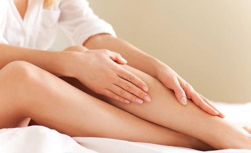 Phương pháp tẩy lông chân bằng đá hoa cương có thể khiến làn da bị trẩy xước, mẩn đỏ và viêm nhiễm.