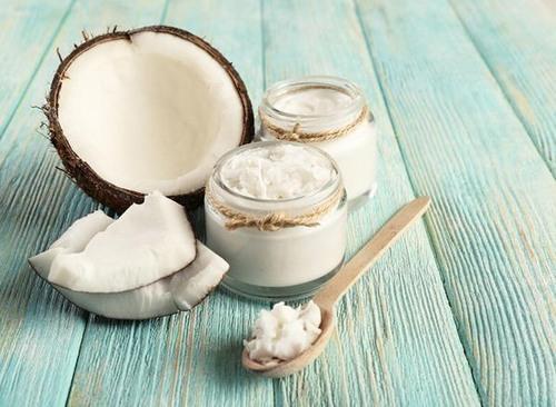 Ngoài công dụng dưỡng ẩm, làm trắng thì dầu dừa còn có khả năng loại bỏ những sợi lông xấu xí trên da.