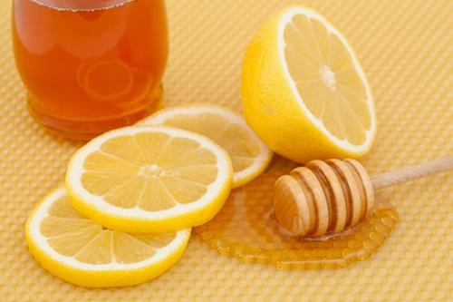 Mật ong và chanh sẽ loại bỏ violong trên da nhờ khả năng diệt khuẩn, làm nang lông yếu và rụng đi.