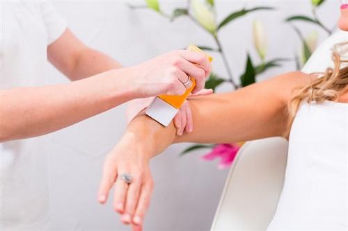 Cách tẩy lông tay vĩnh viễn hiệu quả cao bằng kem đánh răng rất an toàn nên thích hợp cho mọi loại da.
