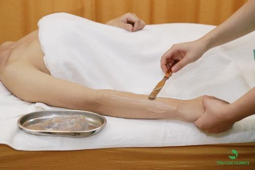 Để ngăn chặn cảm giác châm chích, trước khi triệt lông khách hàng sẽ được bôi lớp gel mát trong suốt, mát lạnh lên da.