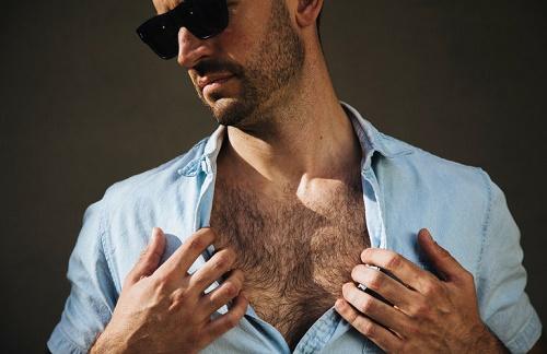 Đàn ông nhiều lông ngực thể hiện cho những con người không chung thủy, dễ hai mặt.