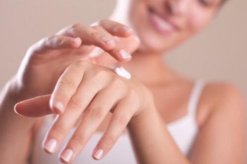 Cũng như cách chườm lạnh, thoa kem dưỡng ẩm cũng có tác dụng làm da dịu đi, giúp da mềm mại và mịn màng hơn.