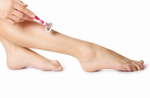 Ngoài nhược điểm không triệt lông vĩnh viễn thì dùng dao cạo còn có nhiều nhược điểm khác dễ khiến da bị tổn thương