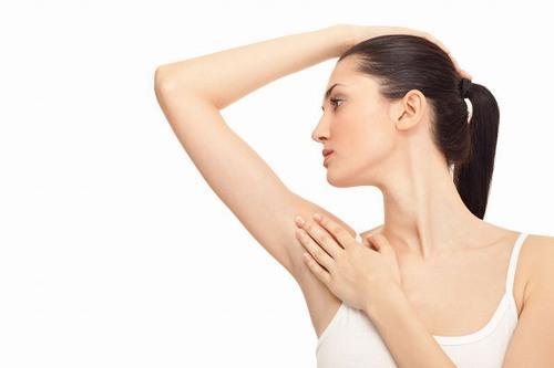 Quá trình sử dụng dao cạo hay nhíp để loại bỏ lông nách có thể khiến vùng nách bị tổn thương, khi gặp vi khuẩn sẽ dễ dàng phát triển và gây viêm nhiễm.