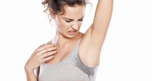 Thường xuyên nhổ lông nách sẽ kích thích tuyến mồ hôi dưới nách hoạt động mạnh
