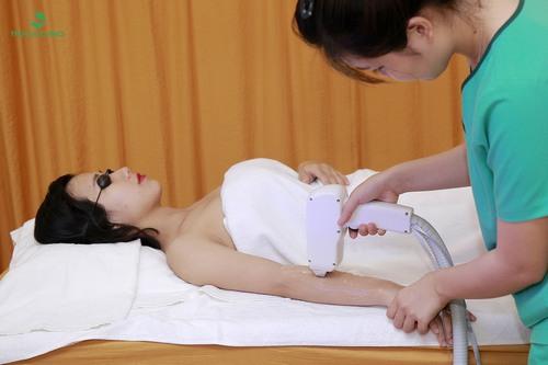 Khi chiếu lên da, năng lượng của Laser Diode sẽ tác động sâu xuống mầm nhú nang lông, khiến lông yếu và rụng đi 1 cách tự nhiên.