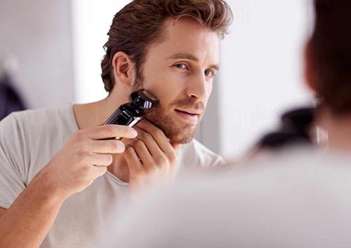 Sử dụng dao cạo được xem là phương pháp tư vấn cách triệt lông râu cho nam giới hiệu quả.