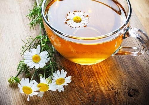 Trong lĩnh vực làm đẹp, trà hoa cúc còn giúp loại bỏ các sợi lông xấu xí trên da, giúp vùng da triệt lông láng mịn và cuốn hút hơn.