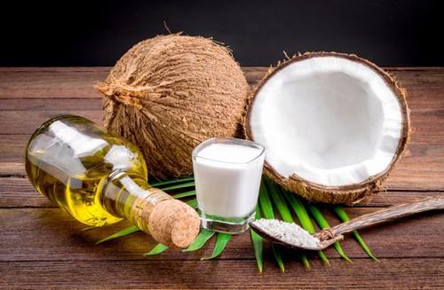 """Massage nách với dầu dừa cũng là cách hữu hiệu để """"đánh bay"""" vết thâm vùng nách do nhổ bằng nhíp."""