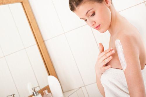 Bật mí mẹo nhỏ chăm sóc da sau khi triệt lông vĩnh viễn cho các chị em đó là sử dụng kem dưỡng ẩm cho làn da.