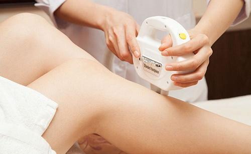 Bạn cần tránh để da tiếp xúc trực tiếp với ánh nắng mặt trời để bảo vệ làn da sau triệt lông an toàn.