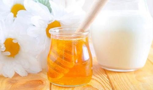 Sữa tươi và mật ong kết hợp sẽ tạo thành công thức se khít lỗ chân lông hiệu quả