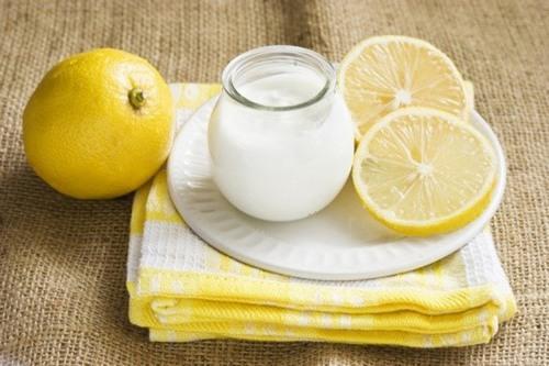 Chanh chứa vitamin C và axit dịu nhẹ cũng sẽ làm se khít lỗ chân lông cực hiệu quả.