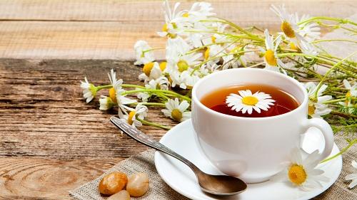 Cách tẩy lông chân hiệu quả cho nam bằng trà hoa cúc rất an toàn nên thích hợp cho mọi loại da.
