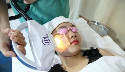 Thu Cúc Clinics đang ứng dụng phương pháp điều trị viêm nang lông bằng công nghệ Laser IPL.